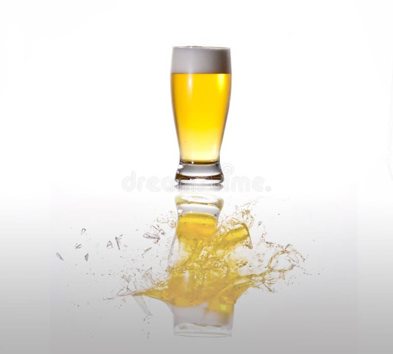 Explodierendes Glas Bier lizenzfreie stockfotos
