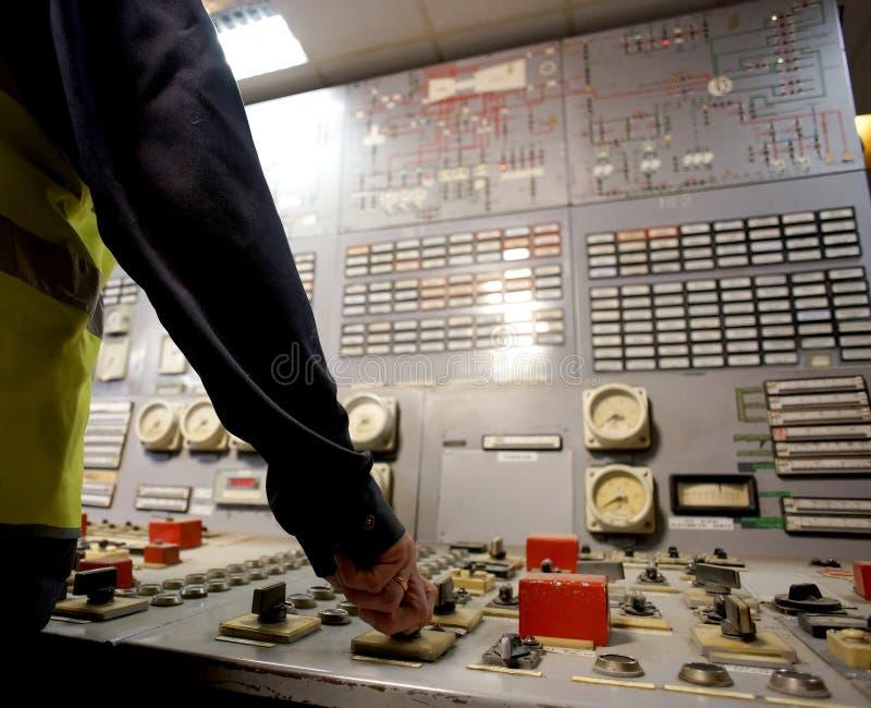 Exploitant op het werkplaats in de systeemcontrolekamer royalty-vrije stock afbeelding