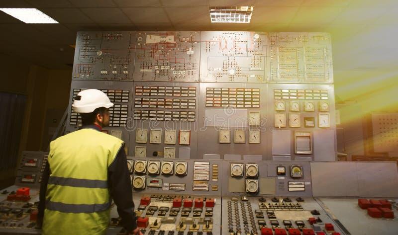 Exploitant op het werkplaats in de systeemcontrolekamer stock foto