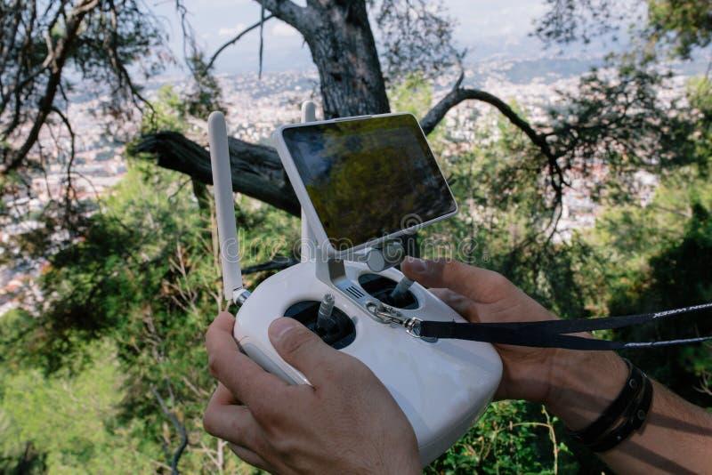 Exploitant van de hommel de witte afstandsbediening multicopter met monitor royalty-vrije stock afbeelding
