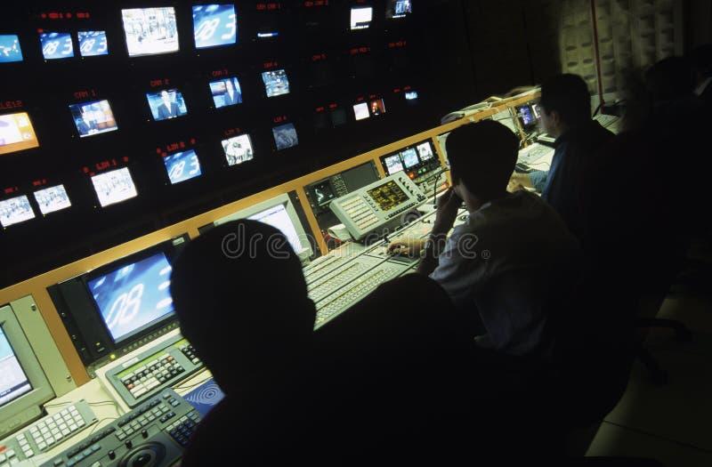 Exploitanten in Centrale Controlekamer bij Televisiepost royalty-vrije stock afbeelding