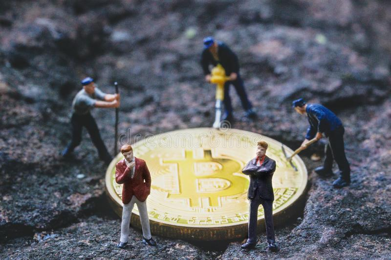 Exploitation et Businessmans de Bitcoin Cryptocurrency d'exploitation image libre de droits