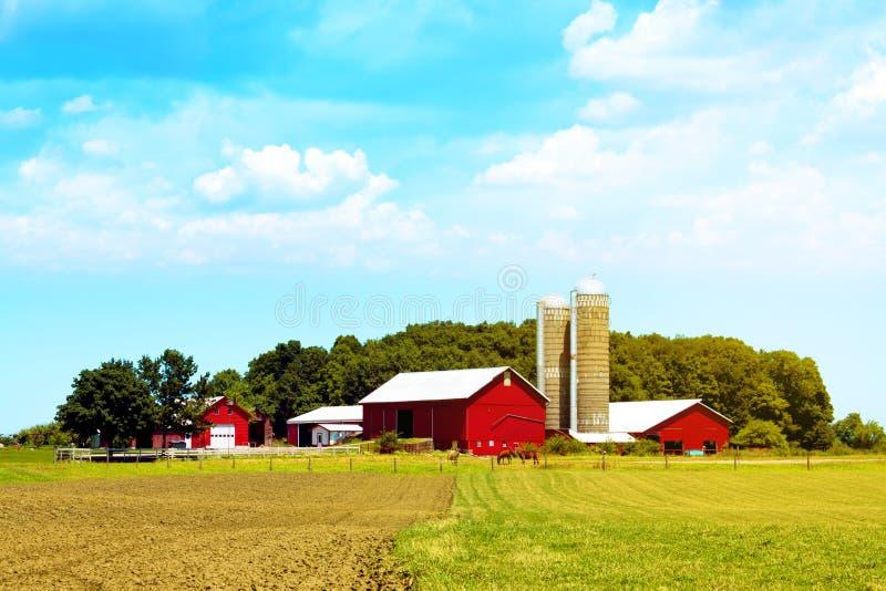 Exploração agrícola americana do vermelho do campo fotografia de stock