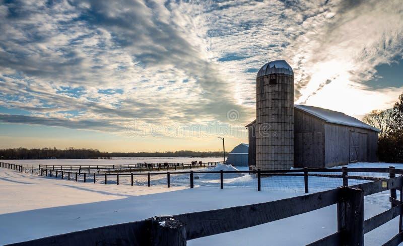 Exploração agrícola congelada por do sol do cavalo da cerca de trilho da neve do inverno fotos de stock royalty free