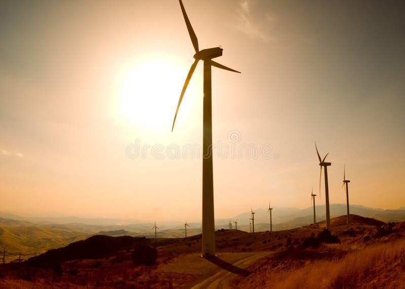 Exploração agrícola da eletricidade dos geradores no por do sol fotos de stock