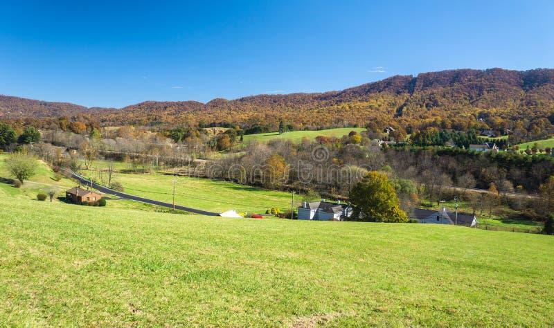Exploração agrícola da montanha em Ridge Mountains azul imagens de stock