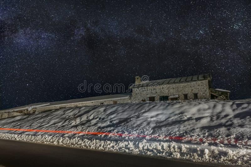 Exploração agrícola da montanha sob a neve imagens de stock royalty free