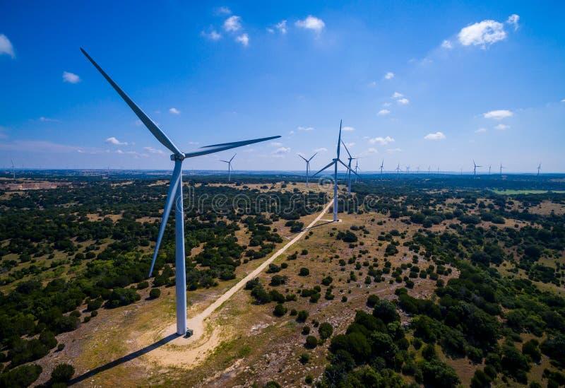 Exploração agrícola da turbina eólica em Texas central produzindo a energia renovável limpa das energias eólicas sustentáveis fotografia de stock