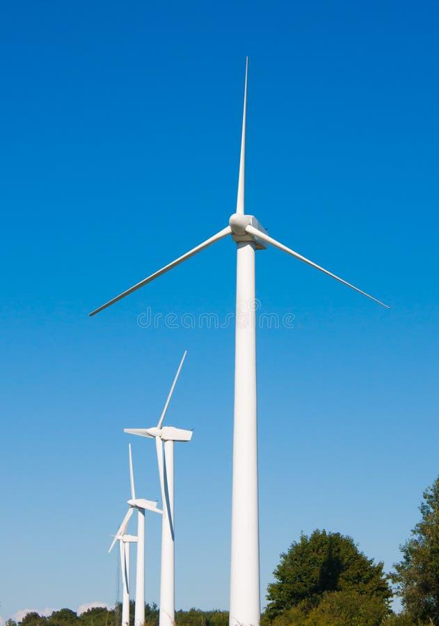 Exploração agrícola das turbinas de vento imagem de stock royalty free