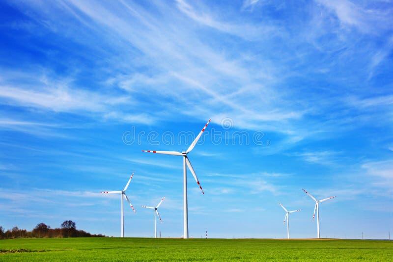 Exploração agrícola das turbinas eólicas foto de stock royalty free