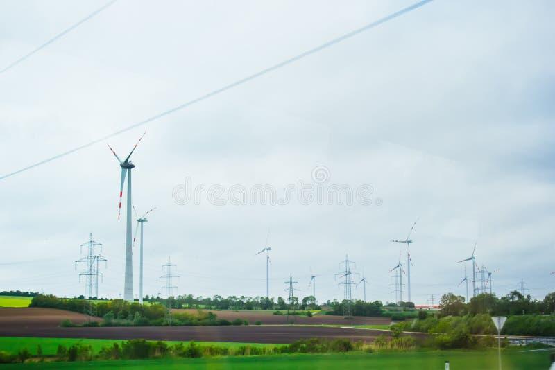 Exploração agrícola de geradores da eletricidade do vento poder alternativo da energia renovável produ??o a favor do meio ambient imagens de stock