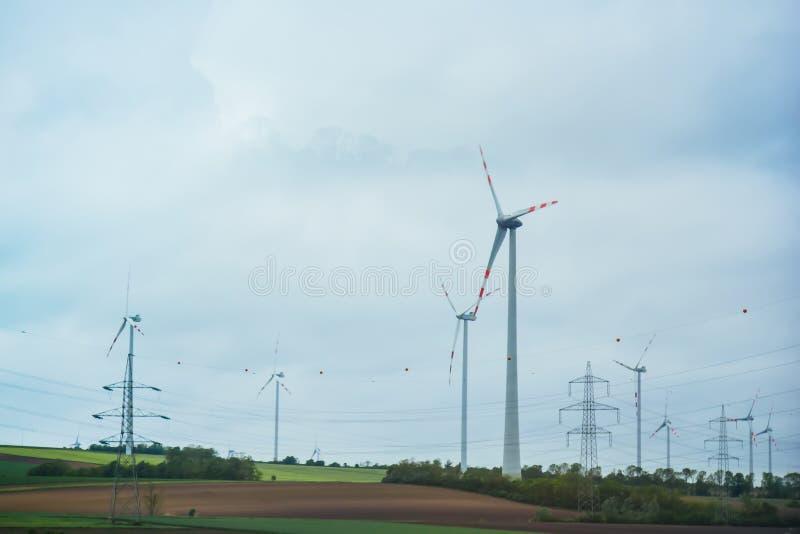 Exploração agrícola de geradores da eletricidade do vento poder alternativo da energia renovável produ??o a favor do meio ambient fotografia de stock