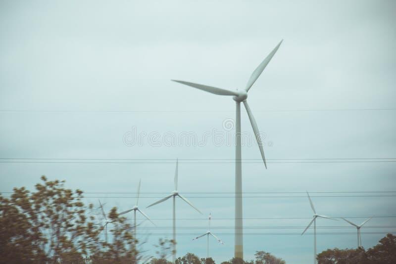 Exploração agrícola de geradores da eletricidade do vento poder alternativo da energia renovável produ??o a favor do meio ambient imagem de stock