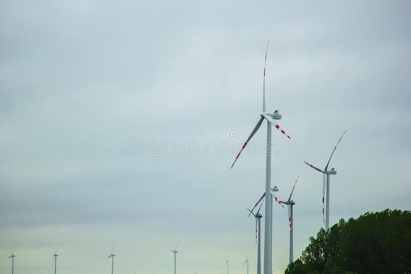 Exploração agrícola de geradores da eletricidade do vento poder alternativo da energia renovável produ??o a favor do meio ambient fotos de stock