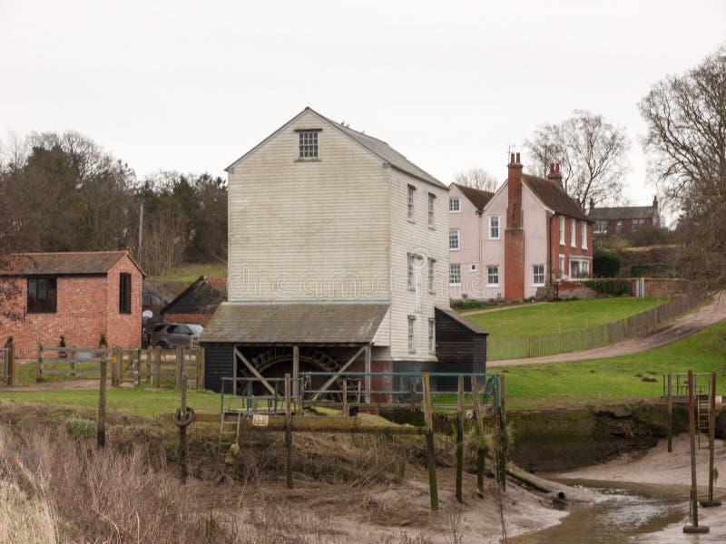 exploração agrícola de madeira velha branca Reino Unido privado da casa do watermill foto de stock royalty free