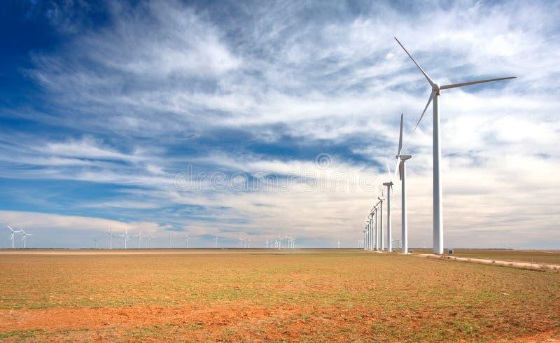 Exploração agrícola de vento em TExas ocidental fotografia de stock