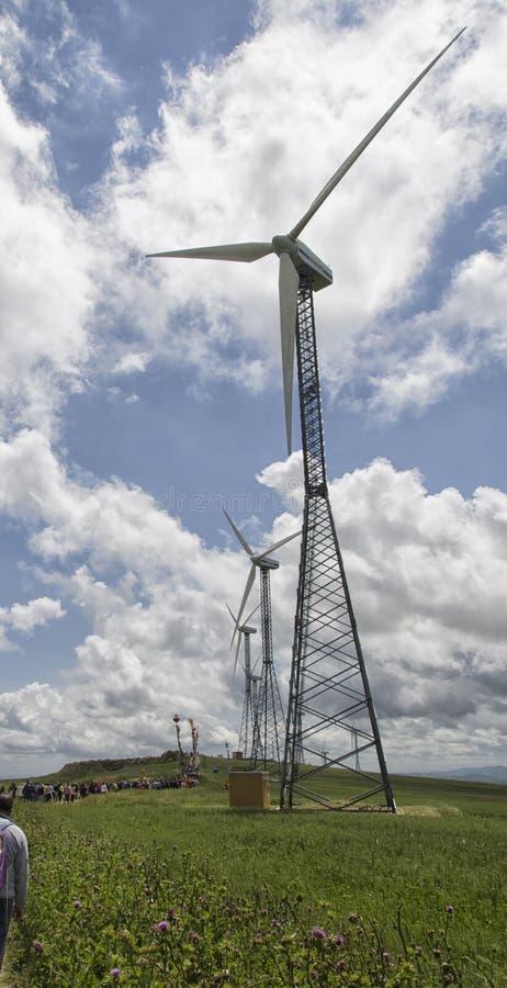Exploração agrícola de vento em uma crista do monte imagem de stock