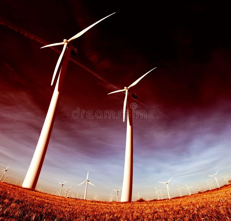 Exploração agrícola de vento, a instalação industrial de Eolic foto de stock