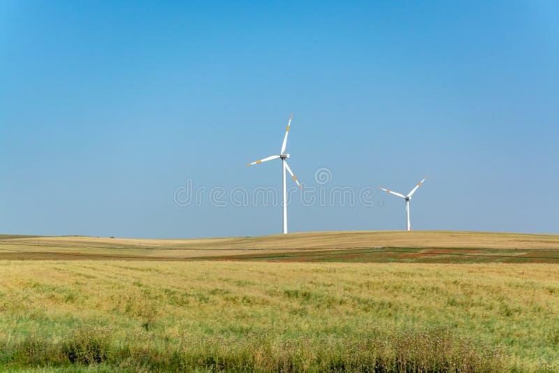 A exploração agrícola de vento moderna com turbinas eólicas grandes eleva-se, fonte para renova foto de stock