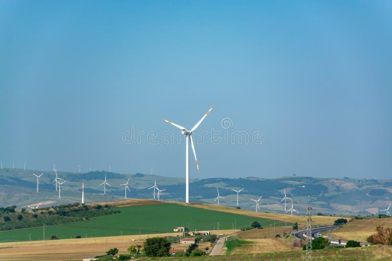 A exploração agrícola de vento moderna com turbinas eólicas grandes eleva-se, fonte para renova imagens de stock