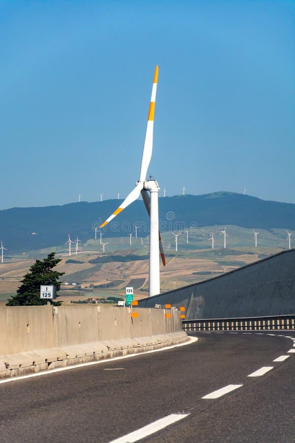 A exploração agrícola de vento moderna com turbinas eólicas grandes eleva-se, fonte para renova fotos de stock royalty free