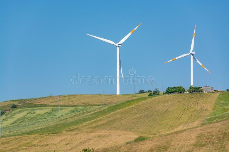 A exploração agrícola de vento moderna com turbinas eólicas grandes eleva-se, fonte para renova foto de stock royalty free