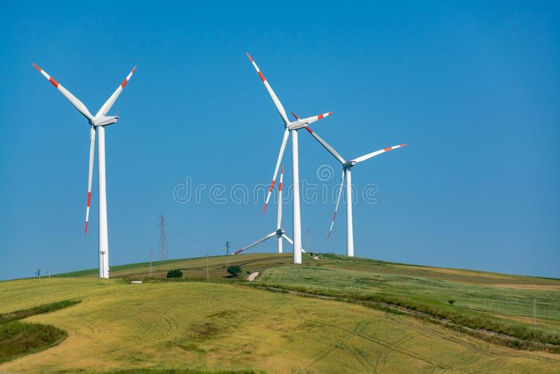 A exploração agrícola de vento moderna com turbinas eólicas grandes eleva-se, fonte para renova fotografia de stock royalty free
