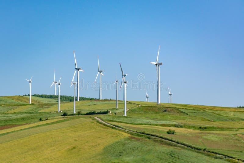 A exploração agrícola de vento moderna com turbinas eólicas grandes eleva-se, fonte para renova imagem de stock