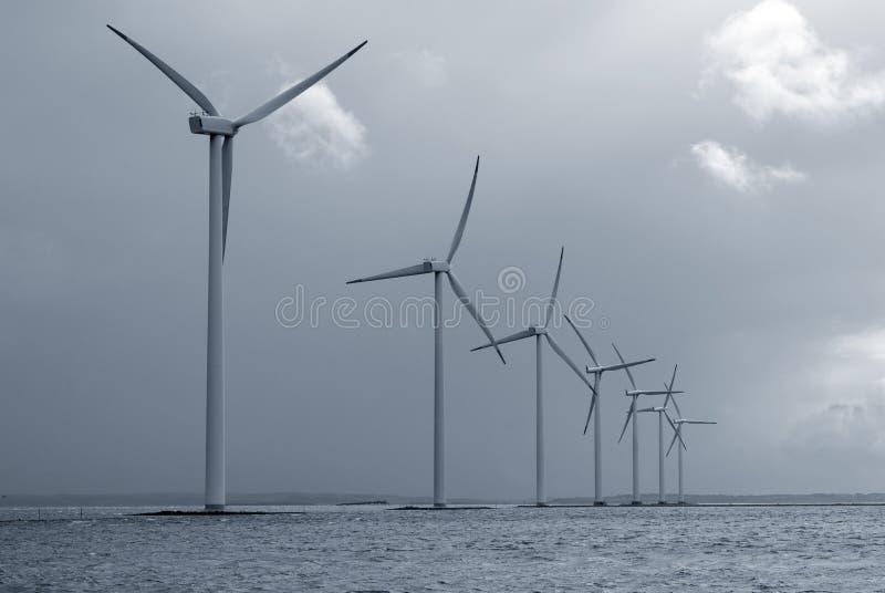 Exploração agrícola de vento a pouca distância do mar imagem de stock royalty free