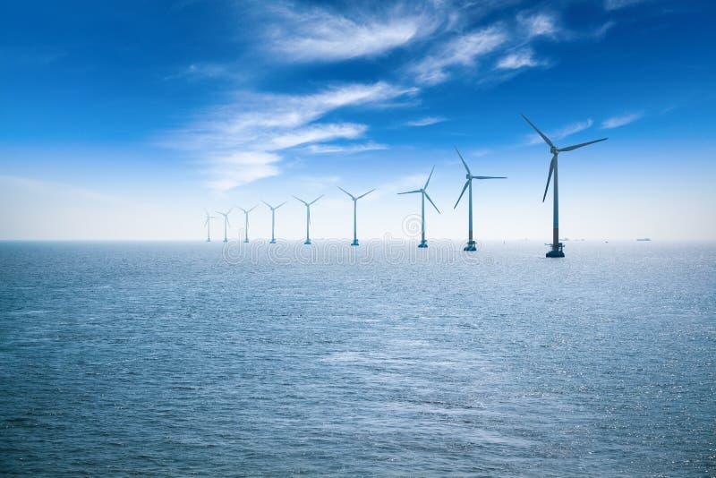 Exploração agrícola de vento a pouca distância do mar imagens de stock royalty free