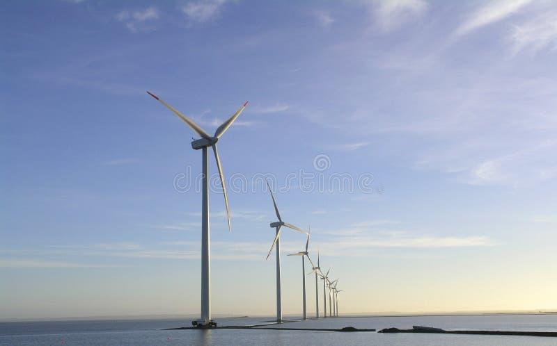 Exploração agrícola de vento a pouca distância do mar fotos de stock royalty free
