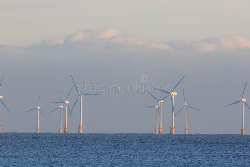 Exploração agrícola de vento a pouca distância do mar Limpe turbinas da energia alternativa no mar fotos de stock
