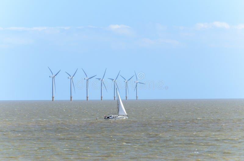 Exploração agrícola de vento a pouca distância do mar no amanhecer imagens de stock royalty free