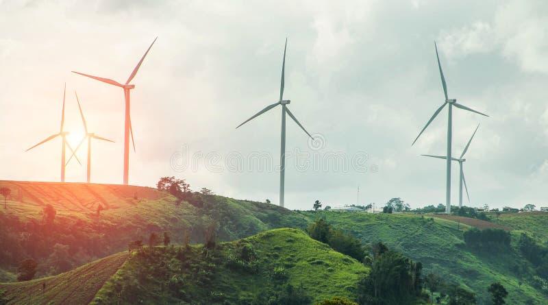 Exploração agrícola do gerador de poder da turbina eólica no fundo do por do sol fotos de stock