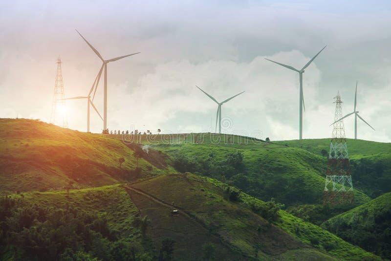 Exploração agrícola do gerador de poder da turbina eólica no fundo do por do sol fotografia de stock royalty free