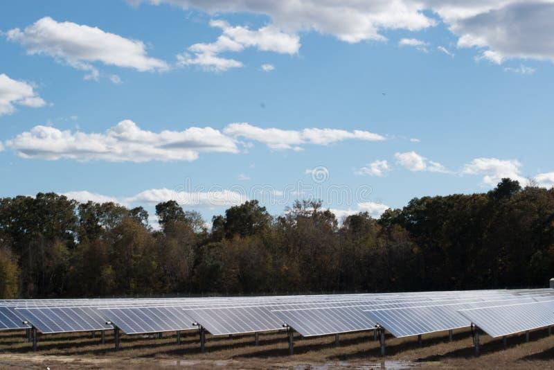 A exploração agrícola do painel da energia das energias solares cria a renda foto de stock royalty free