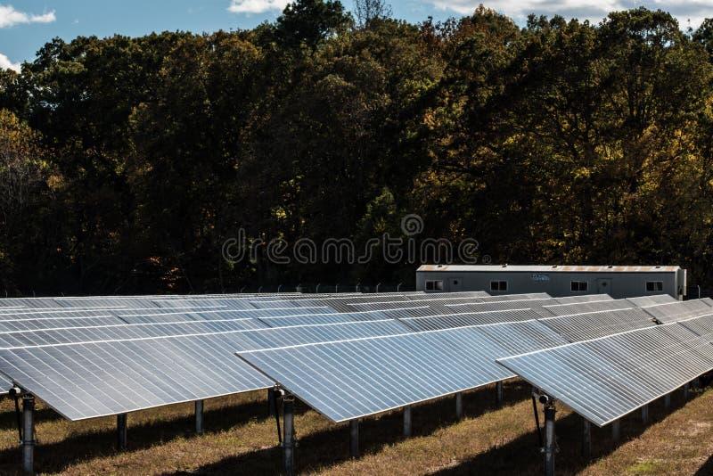 A exploração agrícola do painel de energias solares cria a renda foto de stock royalty free