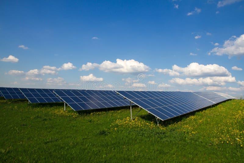 Exploração agrícola do painel solar foto de stock