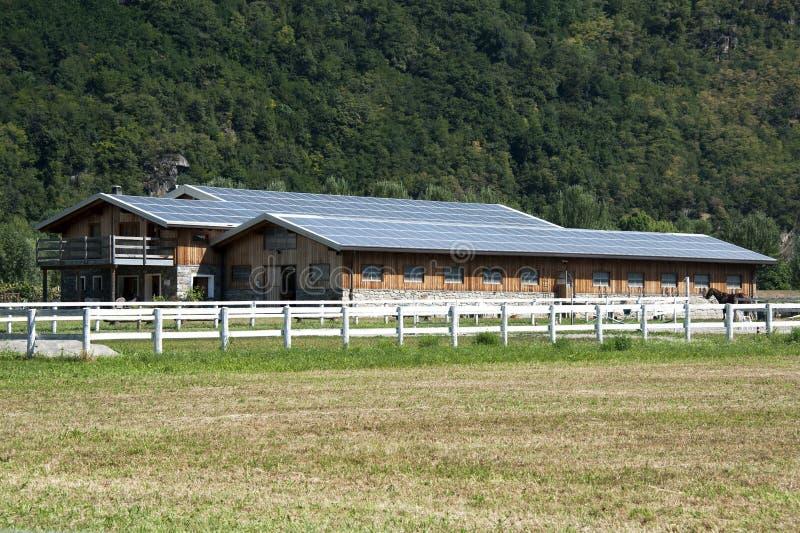 Exploração agrícola dos painéis solares foto de stock