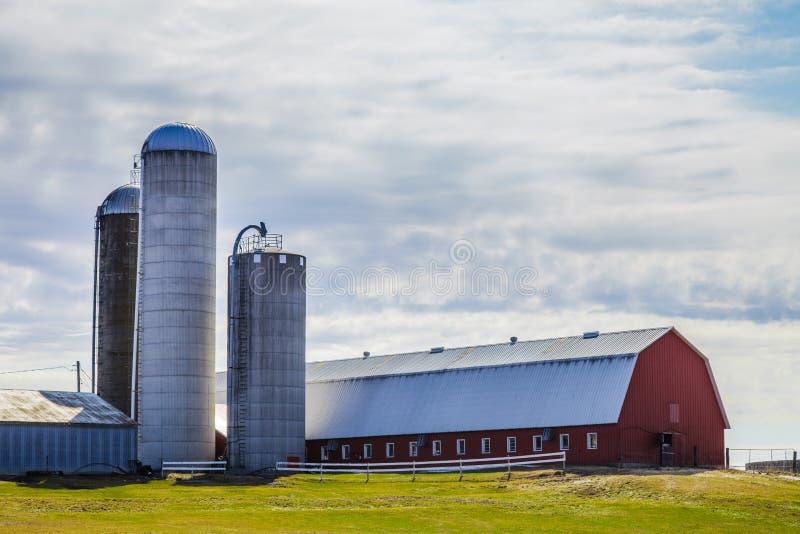 Exploração agrícola e silos vermelhos tradicionais imagem de stock