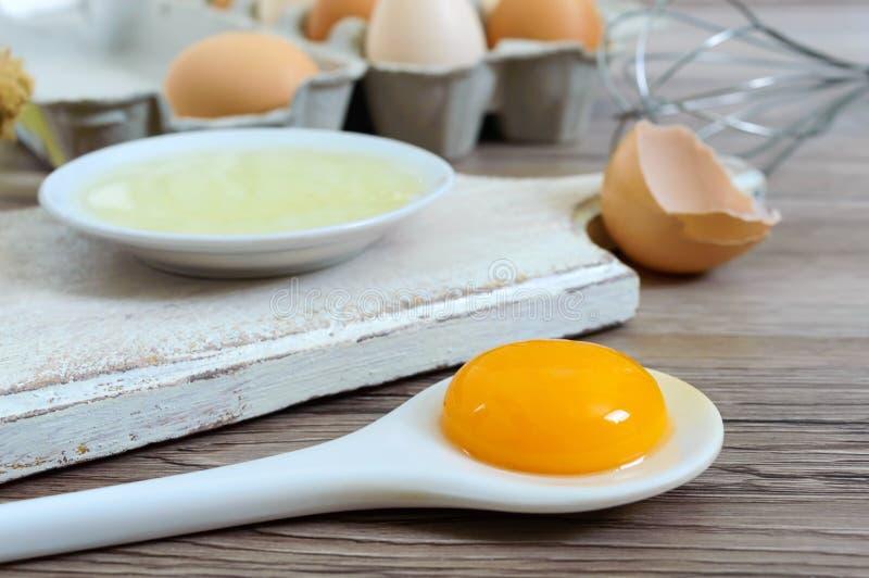 A exploração agrícola fresca eggs em um fundo rústico de madeira imagem de stock