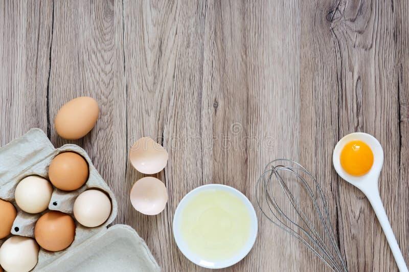 A exploração agrícola fresca eggs em um fundo rústico de madeira fotografia de stock