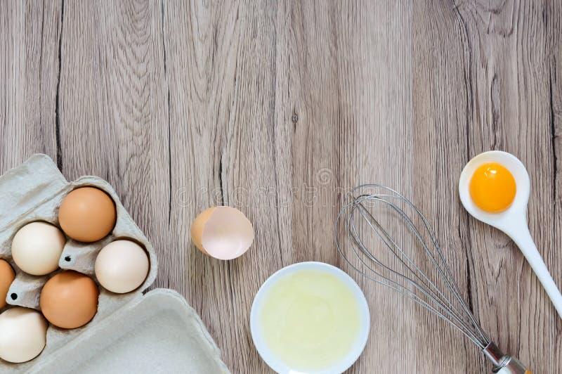 A exploração agrícola fresca eggs em um fundo rústico de madeira fotos de stock royalty free