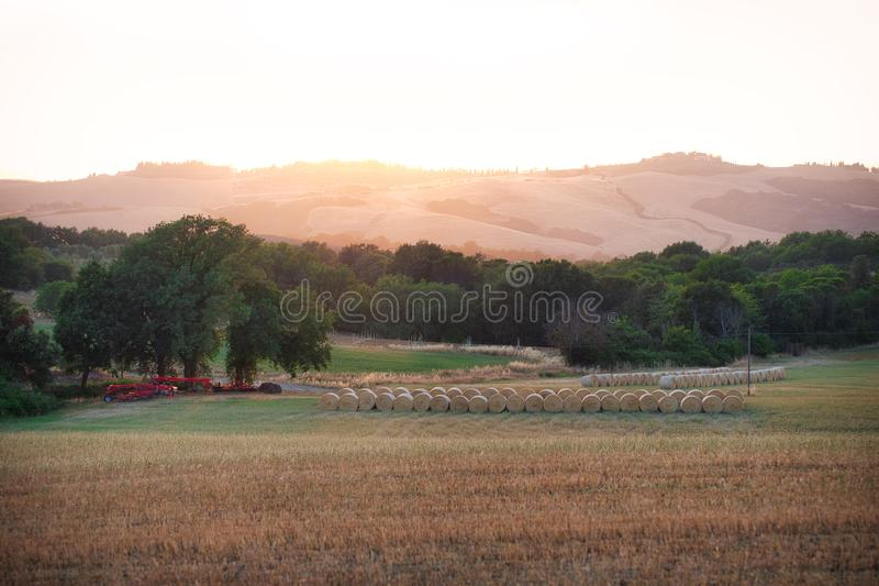 Exploração agrícola & por do sol de Toscana imagem de stock