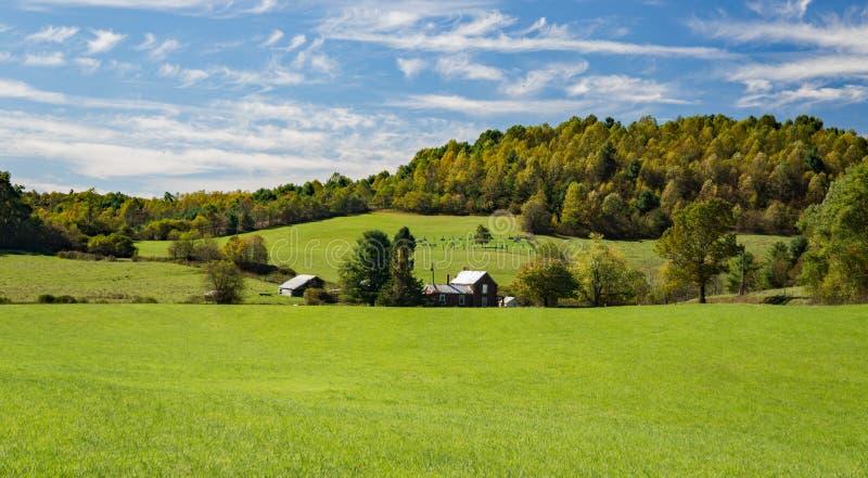 Exploração agrícola rural por Ridge Parkway azul fotos de stock royalty free