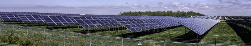 Exploração agrícola solar do panorama imagens de stock royalty free