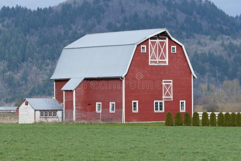 Exploração agrícola vermelha do celeiro fotos de stock
