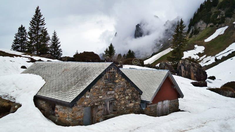 Explorações agrícolas de gado alpinas e arquitetura tradicional nas inclinações do sul da cordilheira de Churfirsten fotografia de stock royalty free
