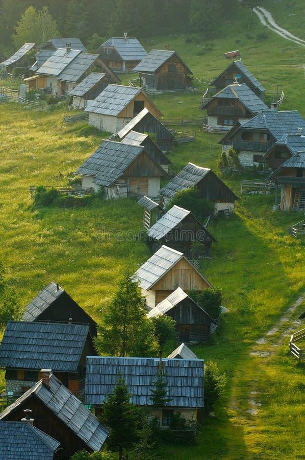 Explorações agrícolas de leiteria alpinas fotografia de stock royalty free