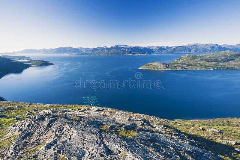 Explorações agrícolas dos salmões no fiorde norueguês fotos de stock royalty free